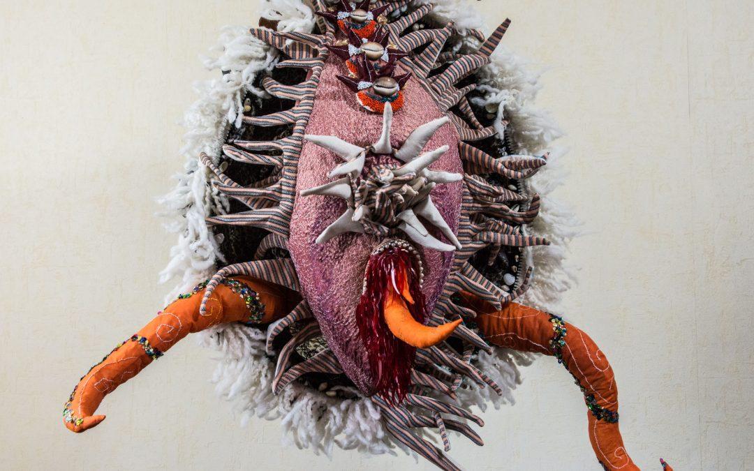 Crustacé, sculpture textile de Myrtille Béal