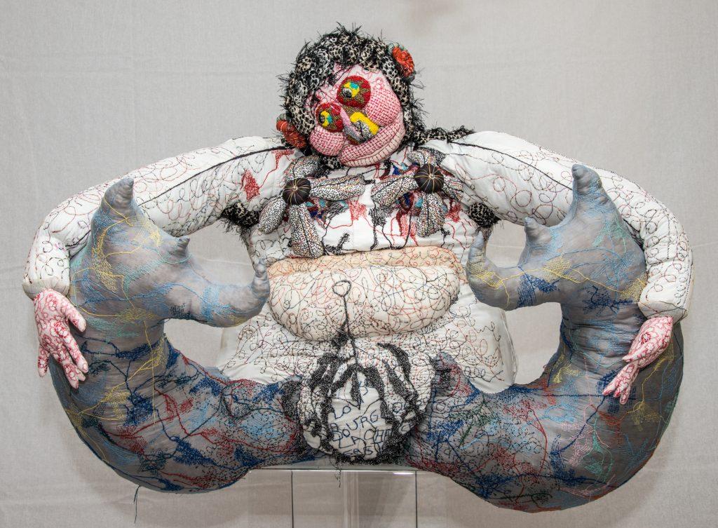 Sirene bifide, sculpture textile de Myrtille Béal