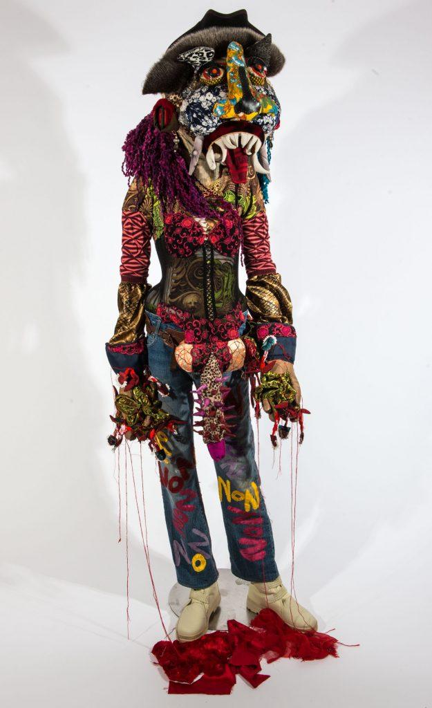 Trans'Hyène, sculpture textile de Myrtille Béal