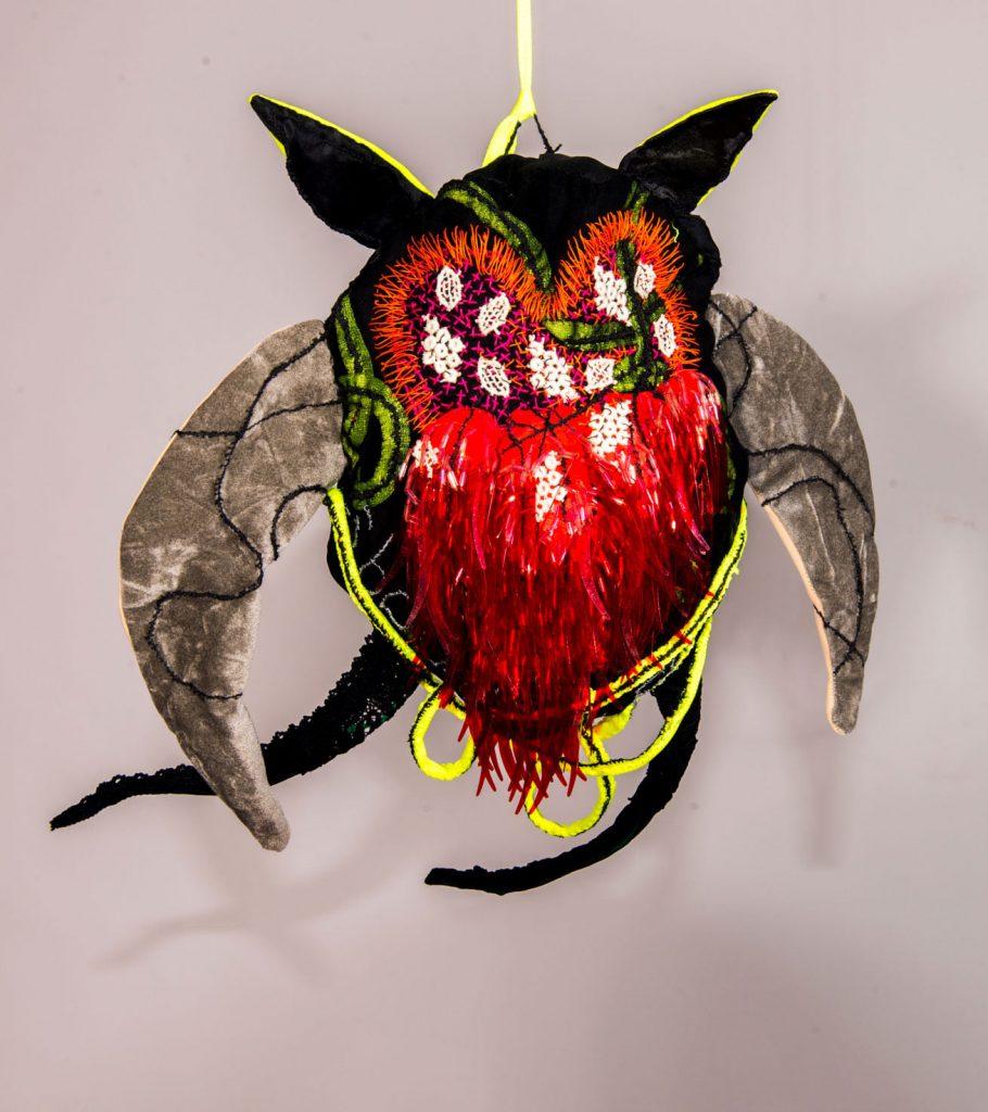 Batman essoufflé, sculpture textile de Myrtille Béal